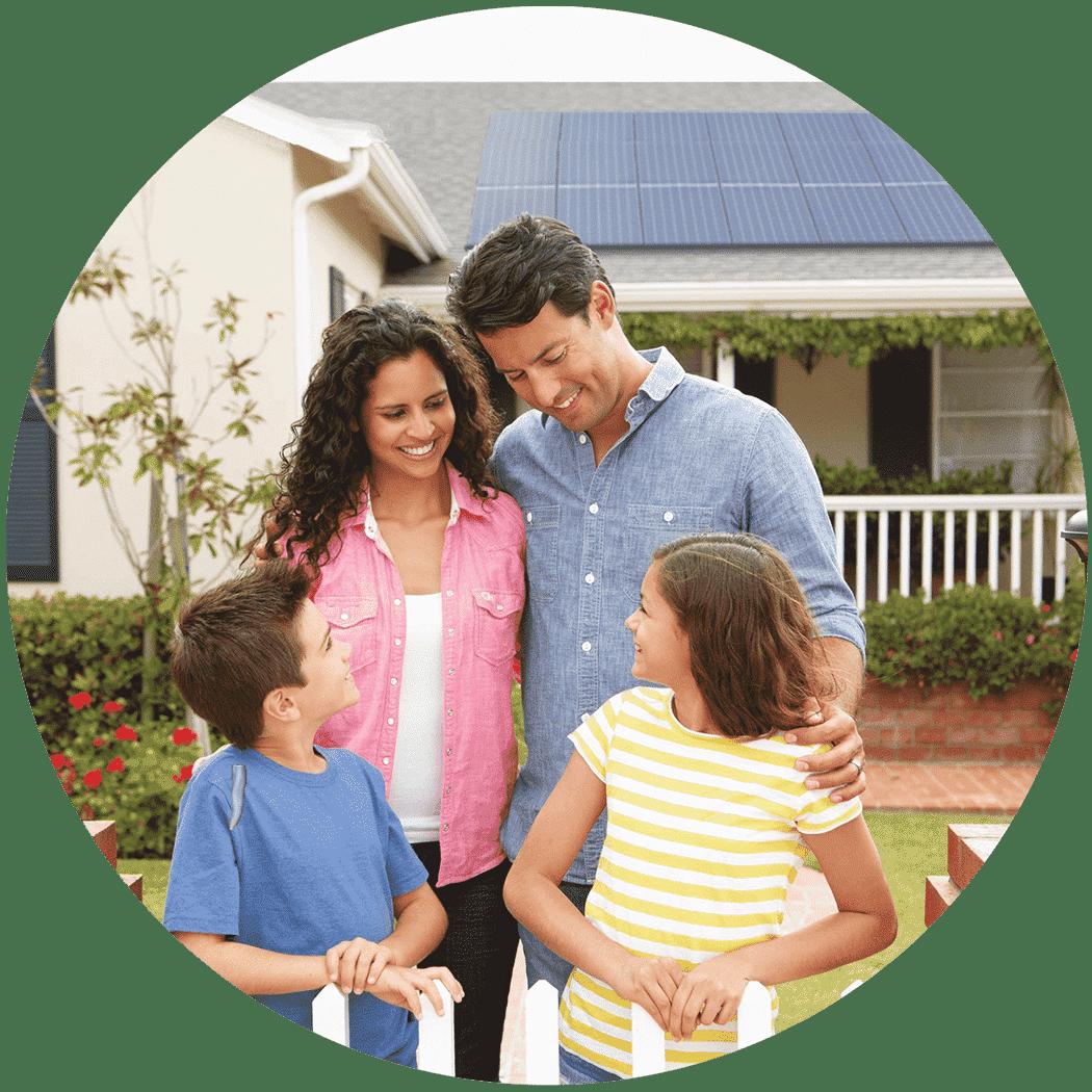 Familia con casa de placas solares
