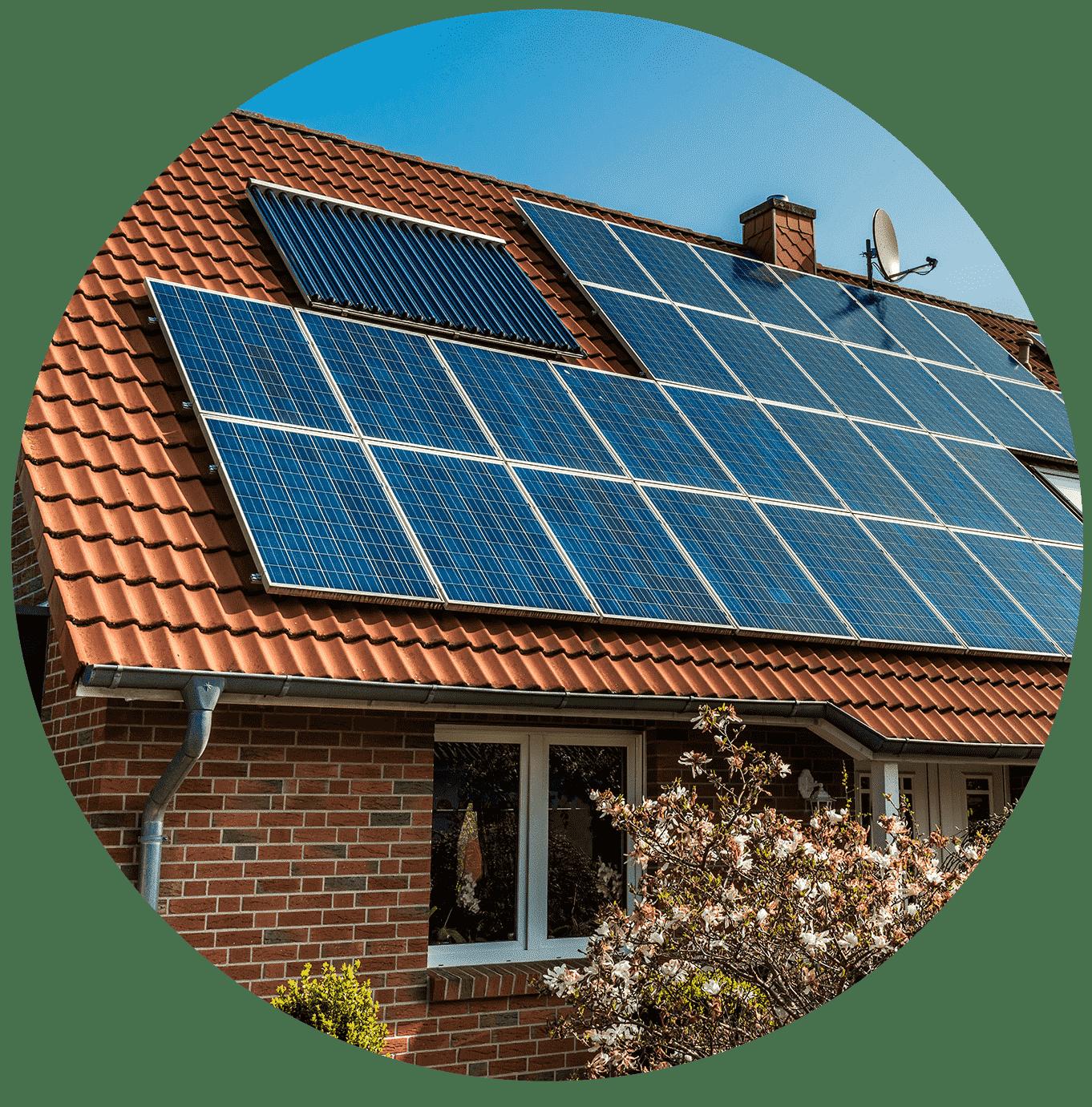 placas solares encima de un tejado